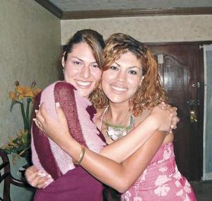 La futura novia Fabiola Rubio Galindo junto a su prima Paloma Verástegui Galindo.