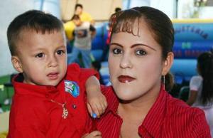 Alan Alejandro Cheang Ibarra juanto a su mamá Mayela Ibarra Hernández, el día que cumplió dos años de vida.