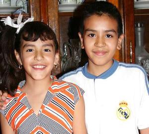 Diana Arizbeth Hernández Pacheco acompañada por su hermano Julio, el día que cumplió nueve años de vida.