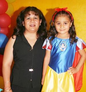 Laura Angélica Herrera Castillo junto a su mamá, Angélica Castillo de Herrera quien la festejó con una divertida piñata por su quinto cumpleaños.