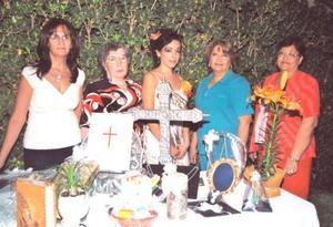 Ana Gabriela Ara Carmona, acompñada de las organizadoras de su despedida de soltera religiosa. Lupita de Chapoy, Rosy Enríquez, Maruza de Martínez y Tere de Cisneros.