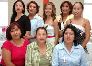 Sol Paulina Sinecio Ortega recibió felicitaciones de sus amigas, en el festejo que le ofrecieron por su boda con Luis Enrique Gutiérrez Sánchez.