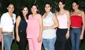 <u><i> 19 de septiembre de 2004</u></i><p>  Berenice Valenzuela Ruelas, con algunas de las asistentes a su fiesta de canastilla.