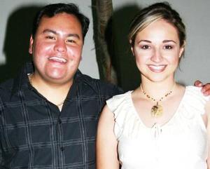 Fernanado Jaime Gómez y Priscila Álvarez Tostado recibieron numerosas felicitaciones en la despedida de solteros que les ofrecieron por su cercano enlace nupcial.