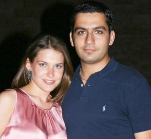 <u><i> 19 de Septiembre de 2004</u></i><p>  Gaby del Bosque y Roger Barrios disfrutaron de una despedida de solteros que es ofrecieron sus familiares.