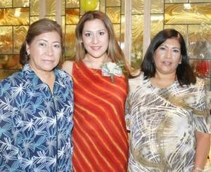 María Luisa Chong Moncada con las anfitrionas de su despedida de soltera, Rafaella de Chong y Ana María de Rodrígue