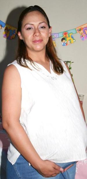 Selene Mascorro de Solís espera el nacimiento de su bebé, y por tal motivo recibió numerosos obsequios en su fiesta de canastilla.