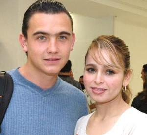 <u><i> 21 de Septiembre de 2004</u></i><p>   Mauro Gómez viajó con destino a la Ciudad de México, lo despidió Sandra Fajer.