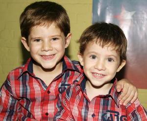 <u><i> 20 de Septiembre de 2004</u></i><p>   Lorenzo y Leonardo de la Parra Soto, captados en reciente festejo infantil.
