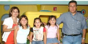 Arantza Lozada Valenzuela acompañada por su familia, en la fiesta que le prepararon el día que celebró  su octavo cumpleaños.