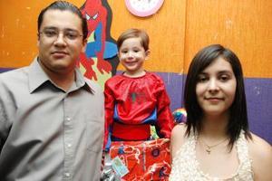 Héctor José Garay Zetina junto a sus papás, Héctor Andrés Garay Juárez y Patricia Judith Zetina Vidaña.