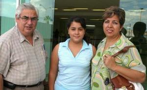 <u><i> 22 de Septiembre de 2004</u></i><p>   Miguel Ángel Barrera viajó al DF y fue despedido  por María Elena y Ana Fernanada Barrera.