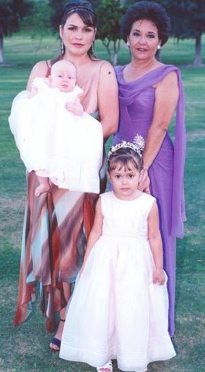 María Luisa Mena de Villarreal, Carolina Villarreal de Flores, Isabella y Carolina Flores Villarreal.