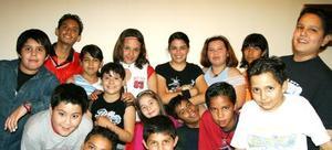 <u><i> 22 de septiembre de 2004</u></i><p>   Lucero Espino Mota, rodeada de un grupo de amiguitos que asistieron a su fiesta por doceavo cumpleaños.