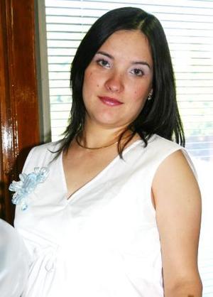 Estela Flores de MEdina espera el nacimineto de su bebé, y por tal motivo recibió obsequios varios.