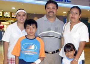 Saúl y Yolanda Badillo con sus hijos, Perla, Sergio y Andrea.