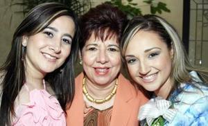 Priscila Álvarez Tostado Vargas con su mamá Arcenia Vargas de Álvarez Tostado y su hermana Brenda, en la despedida de soltera que le ofrecieron hace unos días.