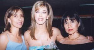 Elizabeth Segura Delgado, captada en su despedida de soltera junto a Areceli Delgado eIsabel Delgado.