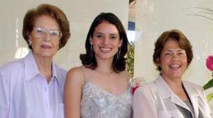 <u><i> 23 de Septiembre de 2004</u></i><p>  Vivian Contreras con las anfitrionas de su despedida de soltera, Lydia Ávila de Olvera y Agnes M de Perusquia,