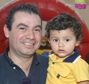 El pequeño Ángel Dena Santa Cruz, junto a su papá Arturo Dena Murillo.