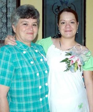 Claudia Mejía de Sánchez, acompañada por la anfitriona de su fiesta de canastilla.
