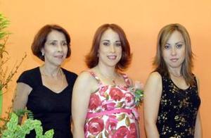 María Verónica Saracho de Murillo acompañada por las anfitrionas de su fiesta de canastilla, Margarita de la Peña de Sarachi y Cristina Saracho de  la Peña.