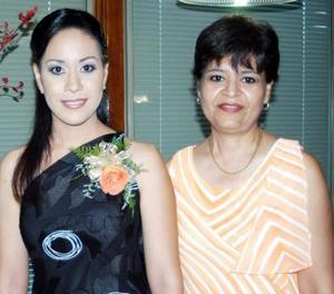 Cristina Pizarro Serna acompañada por su mamá María del Carmen Serna García, en el festejo pre nupcial que le organizó.