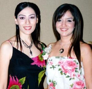 Evangelina acompañada por su hermana, Lorena Magallanes Delgado en su festejo.