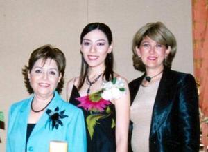La futura novia junto a Evangelina Delgado de Magallanes y Magdalena Dávalos de Aguirre, anfitrionas del festejó.