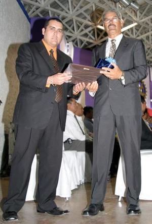 Jorge Sifuentes, recibió reconocimientode manos de Gerson Sotomayor.