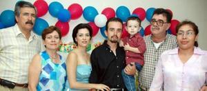 Ricardo Peña Carrillo captado junto a sus papás y sus abuelos, ensu fiesta de cumpleaños.