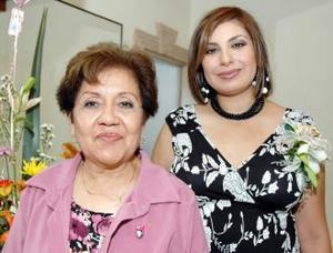 Claudia ávila de Odriozola junto a la anfitriona de su fiesta de canastilla, señora María Inés Gómez de Odriozola.