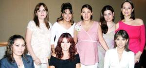 <u><i> 25 de septiembre de 2004</u></i><p>   Pilar Lavín acompañada por algunas de las asistentes a su fiesta de regalos, ofrecida por el cercano nacimiento de su bebé.