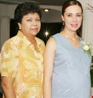 Cynthia Arredondo Navarro junto a Yolanda Navarro, anfitriona de su fiesta de canastilla.