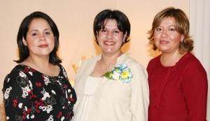 <u><i> 25 de Septiembre de 2004</u></i><p>  Laura Elena Pacheco de Gil acompañada por las organizadoras de su fiesta de regalos.