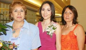 Adriana Estela Olvera Bañuelos junto a las anfitrionas  de su despedida de soltera Laura Patricia García de Delgado y Graciela Bañuelos de Olvera.