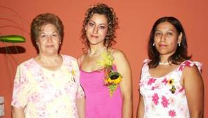 Ana Luisa Silvia P÷erez acompañada por Margarita P÷erez y Cecilia M. Silva, organizadoras de su despedida de soltera.