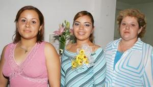 Elba Mariana Lara en su despedida de soltera, acompañada por Karla Teresa Mota García y Teresa Mota García.