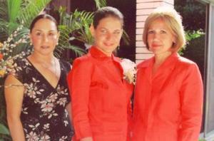 Gabriela del Bosque D÷avalos acompañada por su mam÷a, Gabriela D÷avalos de Del Bosque, y su futura suegra, Mar÷ia Guadalupe Hinojosa de Barrios.