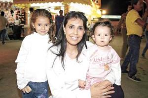 Martha Castro de Llama, con sus nenas Martita y María José.