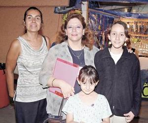 <u><i> 25 de septiembre de 2004</u></i><p>  Silvia García Chibli con sus niñas Silvia y Ana Cecy, y su amiga Socorro Álvarez de Ayala.