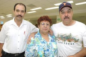 Delia Ayala de Alcáraz viuajó a Mexicali, la despidieron Manuel y Donato Ayala.
