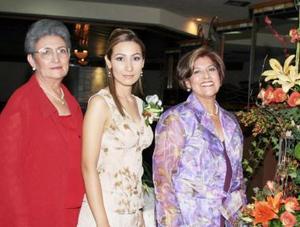 La futura novia con las organizadoras del convivio, María de la Paz González de García y Julieta Salas de Sotomayor.
