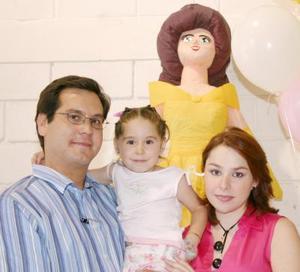 La pequeña Paola Walss Revuelta acompañada por sus paás, Rodolfo y Gabriela Walss, en la fiesta que le organizaron por su cuarto cumpleaños