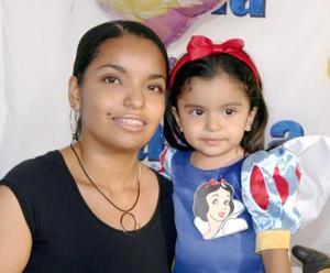 Ana Camila Contreras Parrilla junto a su mamá en su convivio.