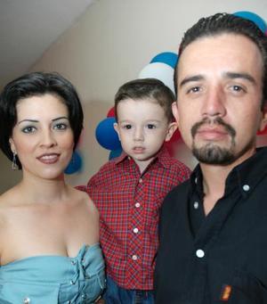 Ricardo Peña Carrillo en compañía de sus papás, la señora Alejandra Carrillo y Ricardo Peña Salas, en su cumpleaños