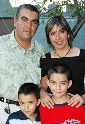 <u><i> 26 de Septiembre de 2004</u></i><p>    Sergio Rivera y Laura Villanueva de Rivera con sus hijos Sergio y Diego, en pasado festejo social