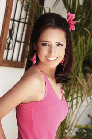 Srita Nayeli Fernández Aburto, captada en una fotografía de estudio con motivo de sus quince años de vida.
