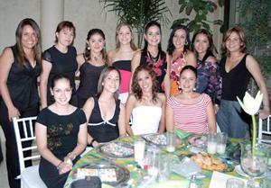 Daniela Alejandra Martínez Jalife acompañada por sus amigas, quienes la felicitaron ampliamente por su cercana boda.