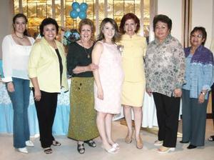 Edna Páez  de Cepeda, en compañía de algunas asistentes a su fiesta de regalos